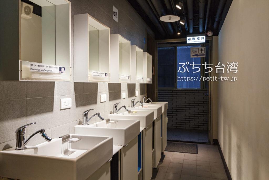 ケイブマンホステル台北の洗面台