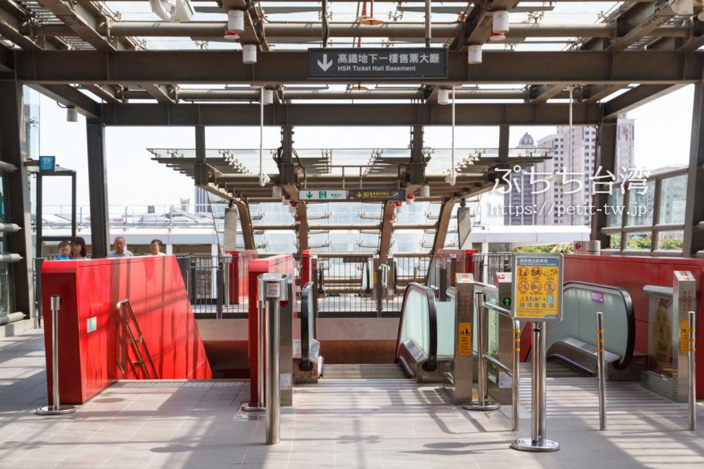 「高鉄桃園駅」へ降りるエスカレーター