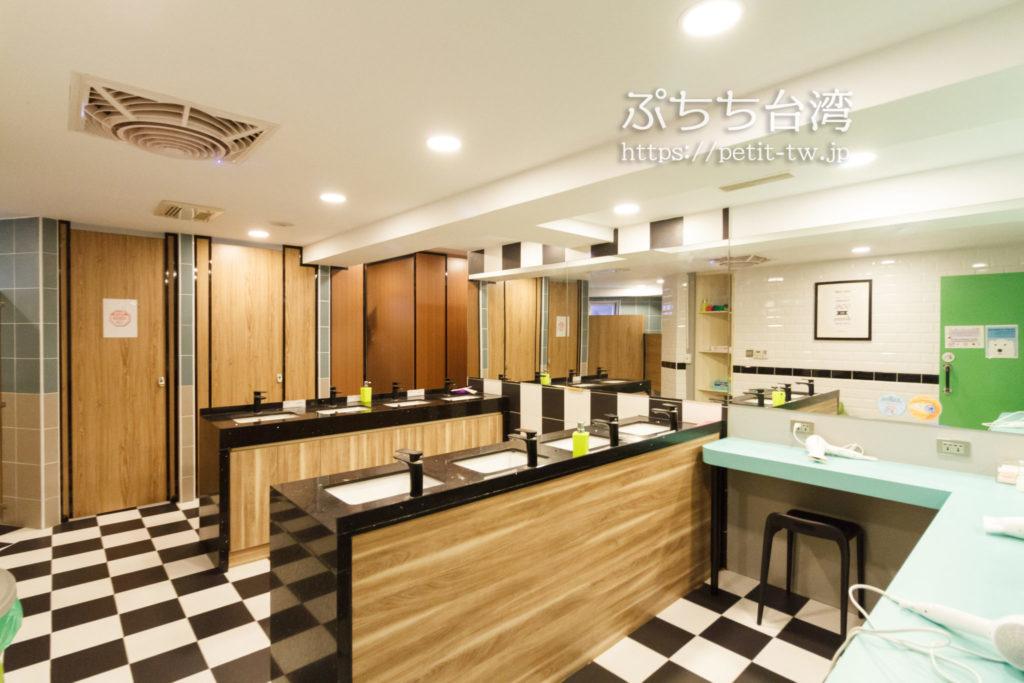 フライインホステルの共用バスルーム・洗面室