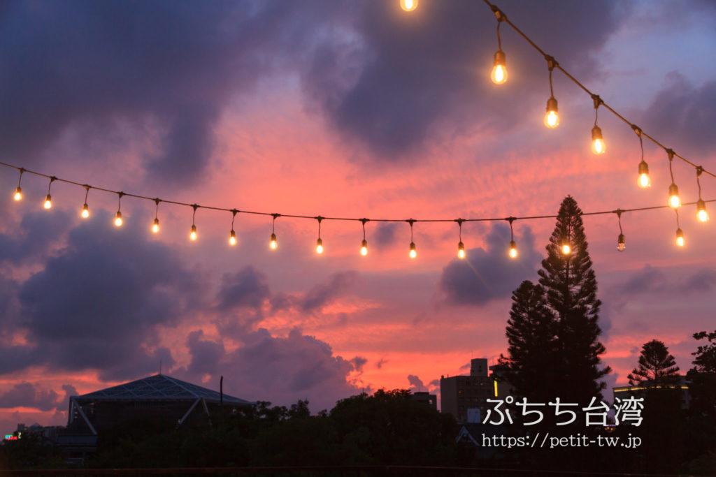 艸祭(草祭二手書店)のバルコニーから見る台南の夕焼け