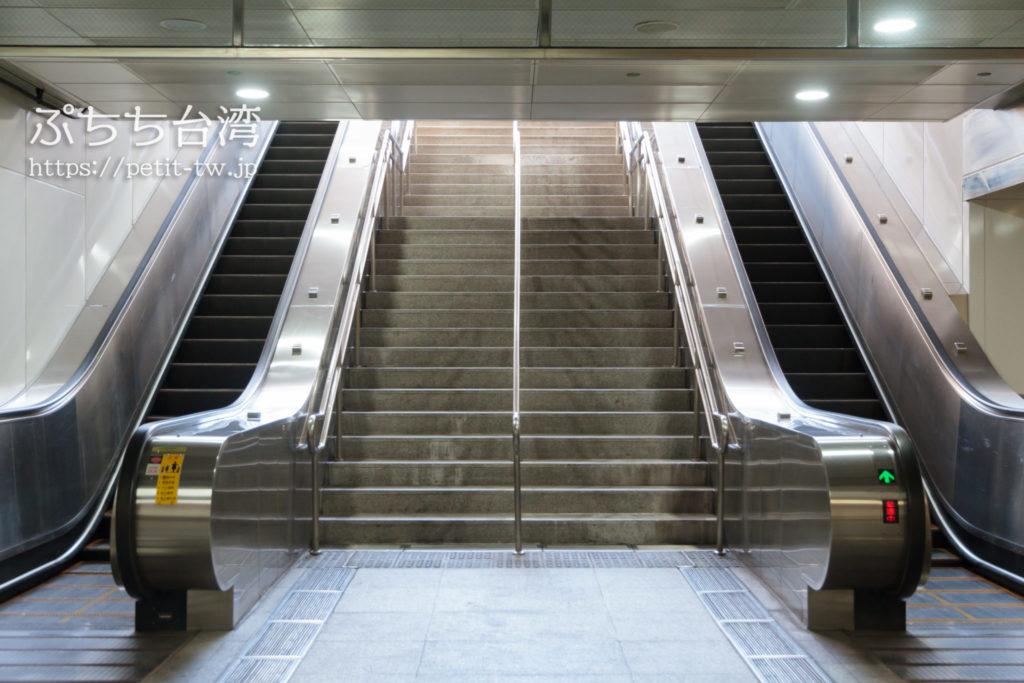 興隆居の駅の出口