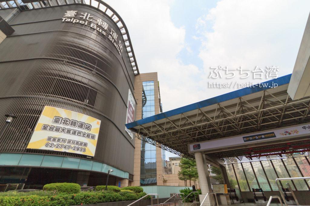 台北地下道R1出口と台北バスターミナルの位置関係