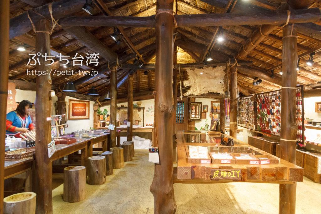 日月潭九族文化村の鄒族皮雕工房