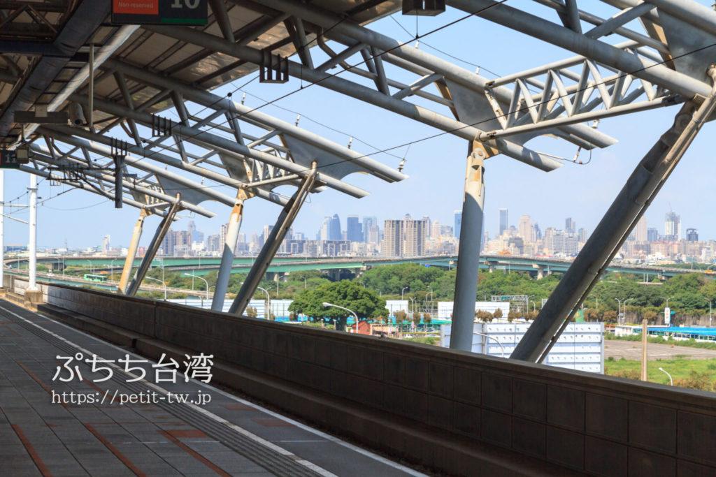 台湾高速鉄道の台中駅ホームから見る台中市内