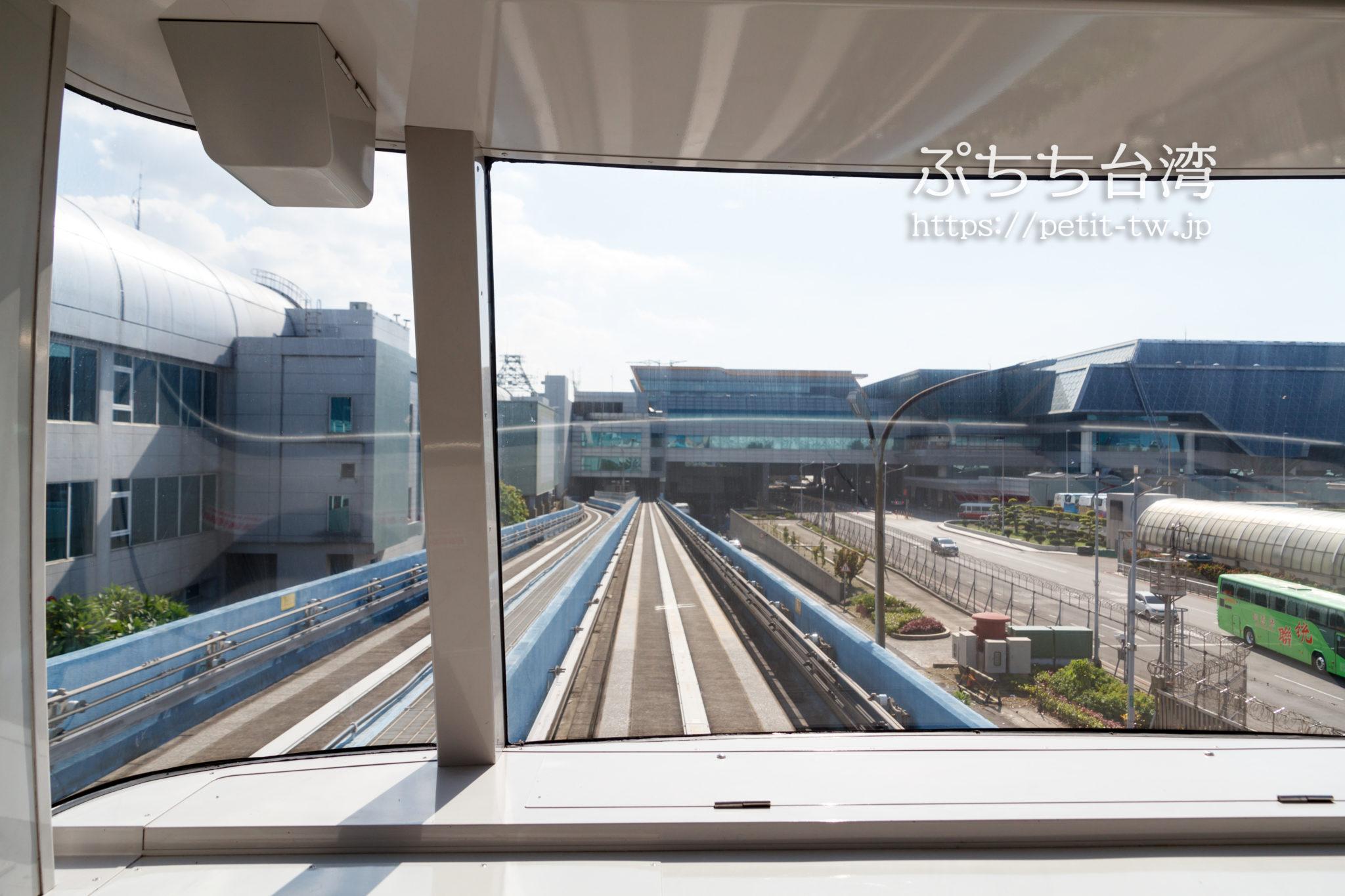 桃園空港のターミナル間スカイトレインの窓からの景色