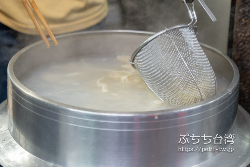 富宏牛肉麺の店内