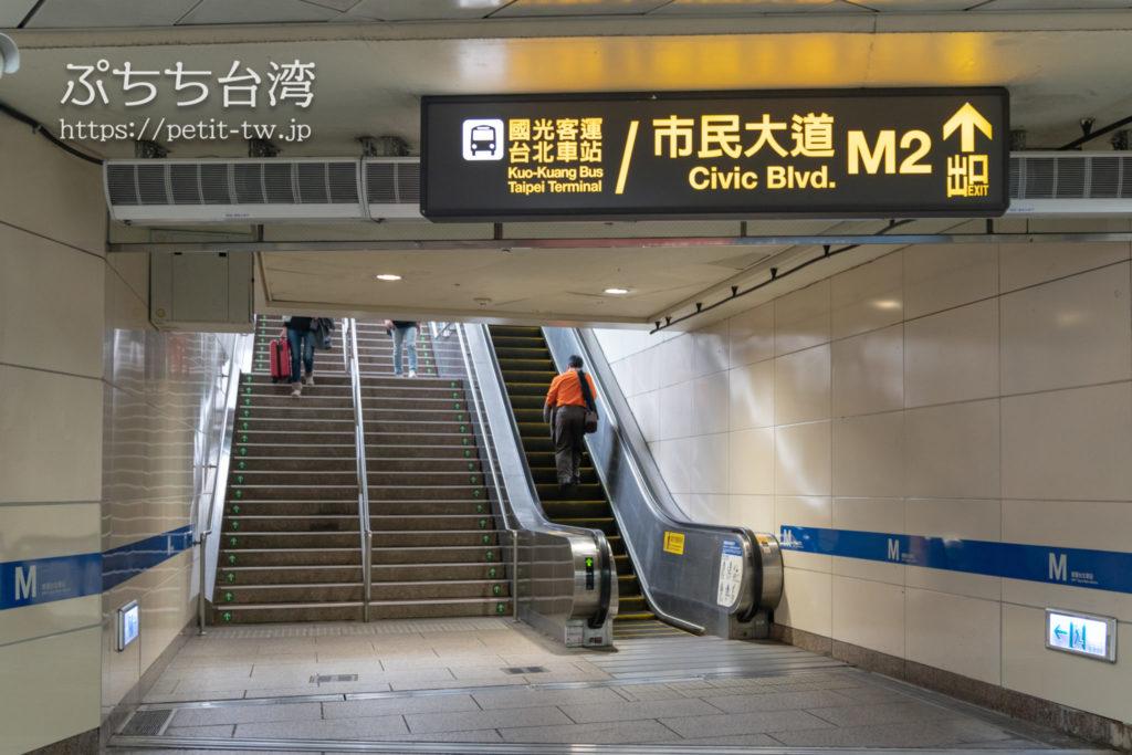 台北地下道 M2出口