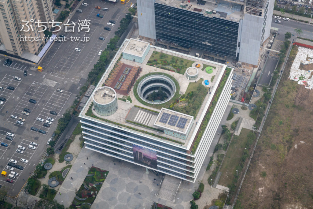 高雄85ビル展望台(高雄85觀景台、Kaohsiung 85 Sky Tower Observatory)から見える高雄市立図書館
