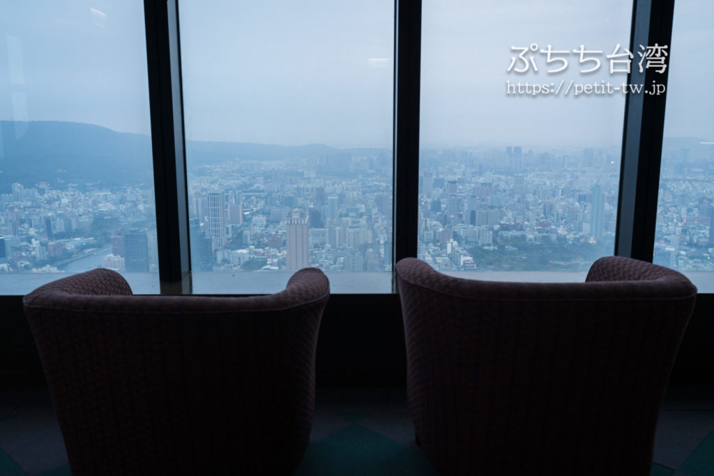 高雄85ビル展望台(高雄85觀景台、Kaohsiung 85 Sky Tower Observatory)のフロアのソファ