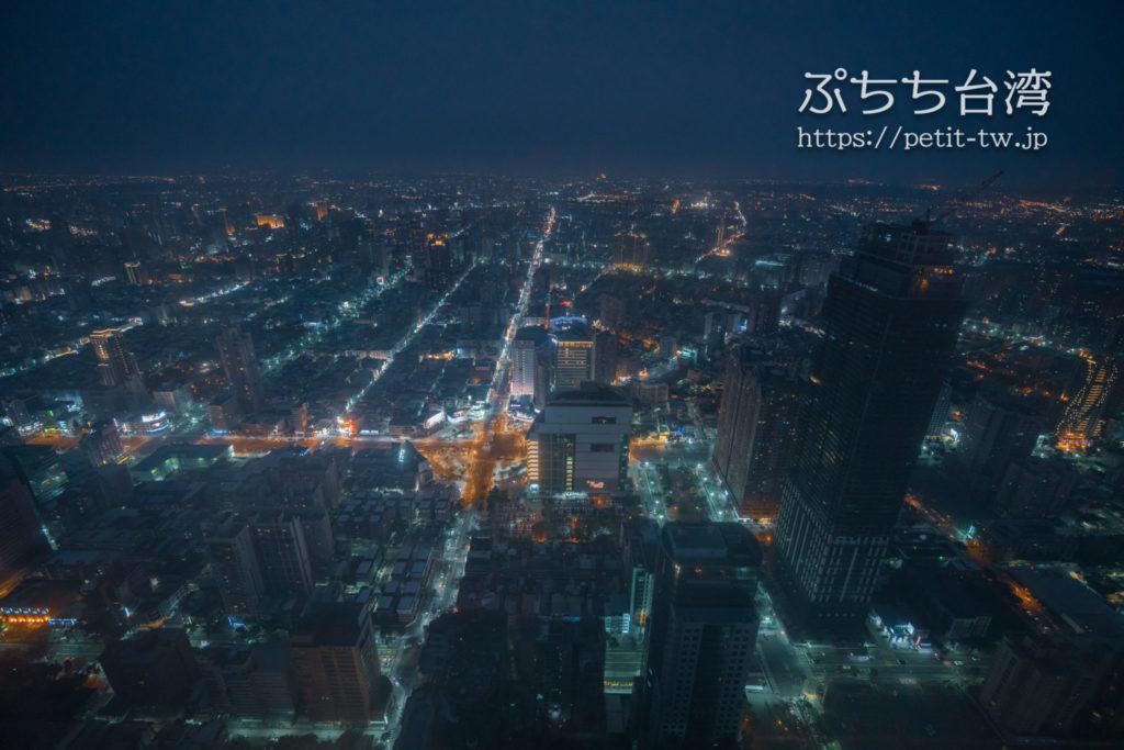高雄85ビル展望台(高雄85觀景台、Kaohsiung 85 Sky Tower Observatory)から見える高雄の街の夜景