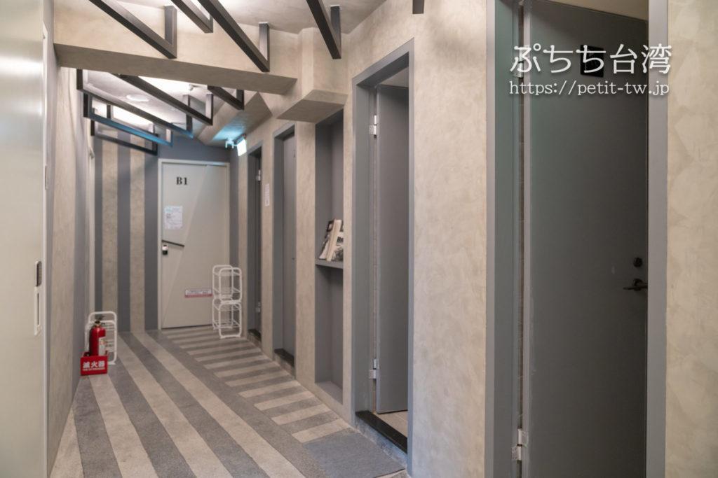 基隆の軽旅背包客桟 ライトイン LIGHT INN ホステルのシャワーとトイレ