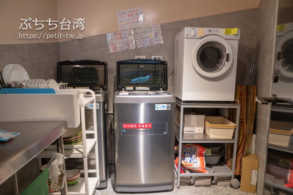 基隆の軽旅背包客桟 ライトイン LIGHT INN ホステルの洗濯機と乾燥機