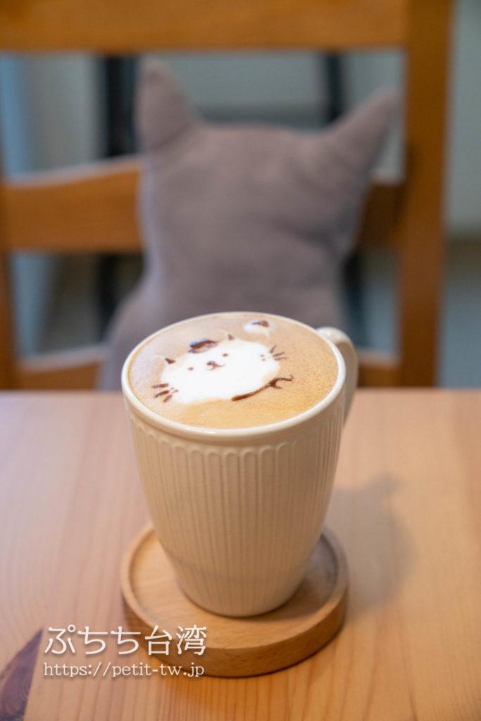猴硐のカフェ MEOW MEOW 喵喵のネコクッションと猫カフェラテアート