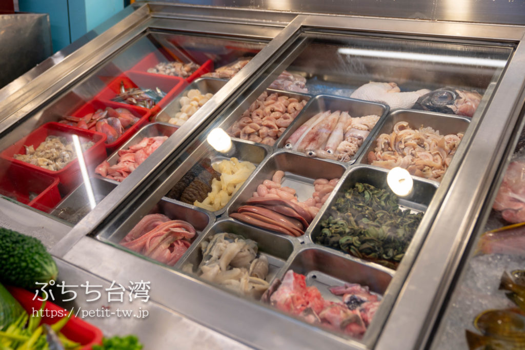 海味澎湖平價活海鮮の店内のシーフード