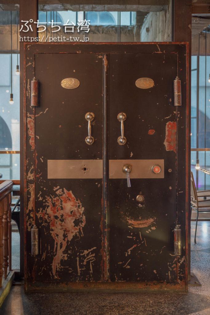 第四信用合作の店内の銀行の扉