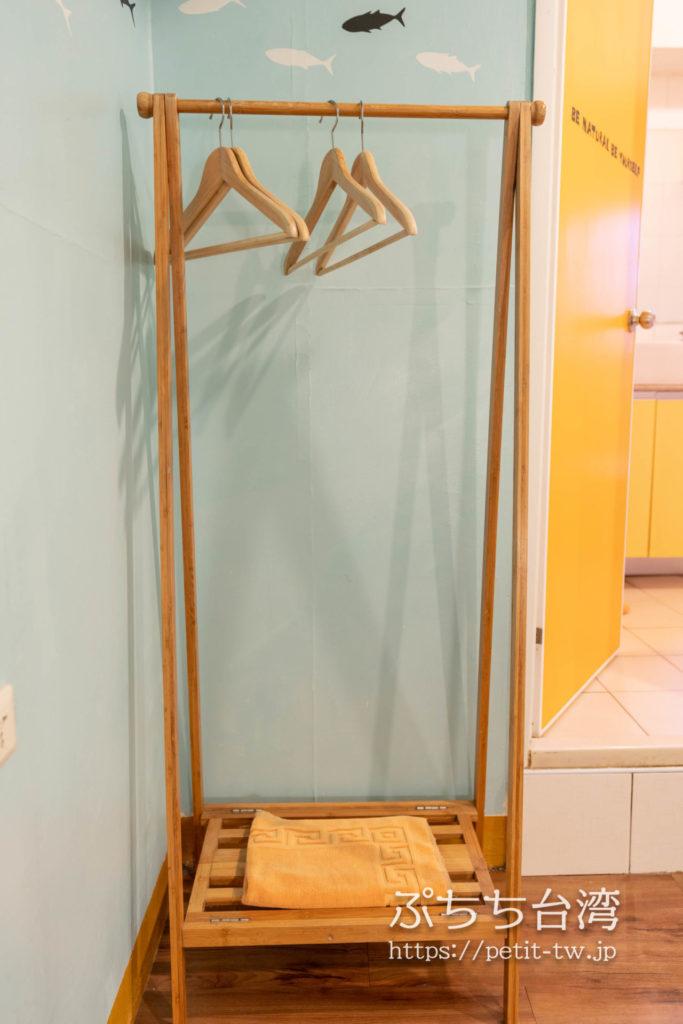 トリップGGホステル高雄(旅聚居青年旅舎)の客室のハンガー