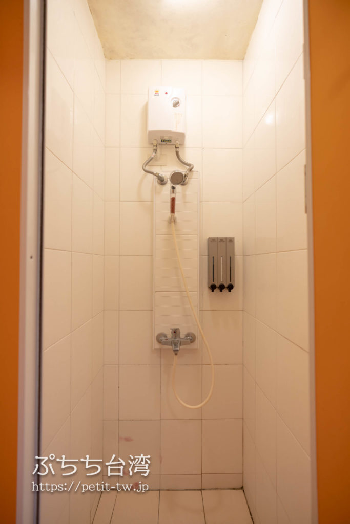 トリップGGホステル高雄(旅聚居青年旅舎)のダブルルームのシャワー