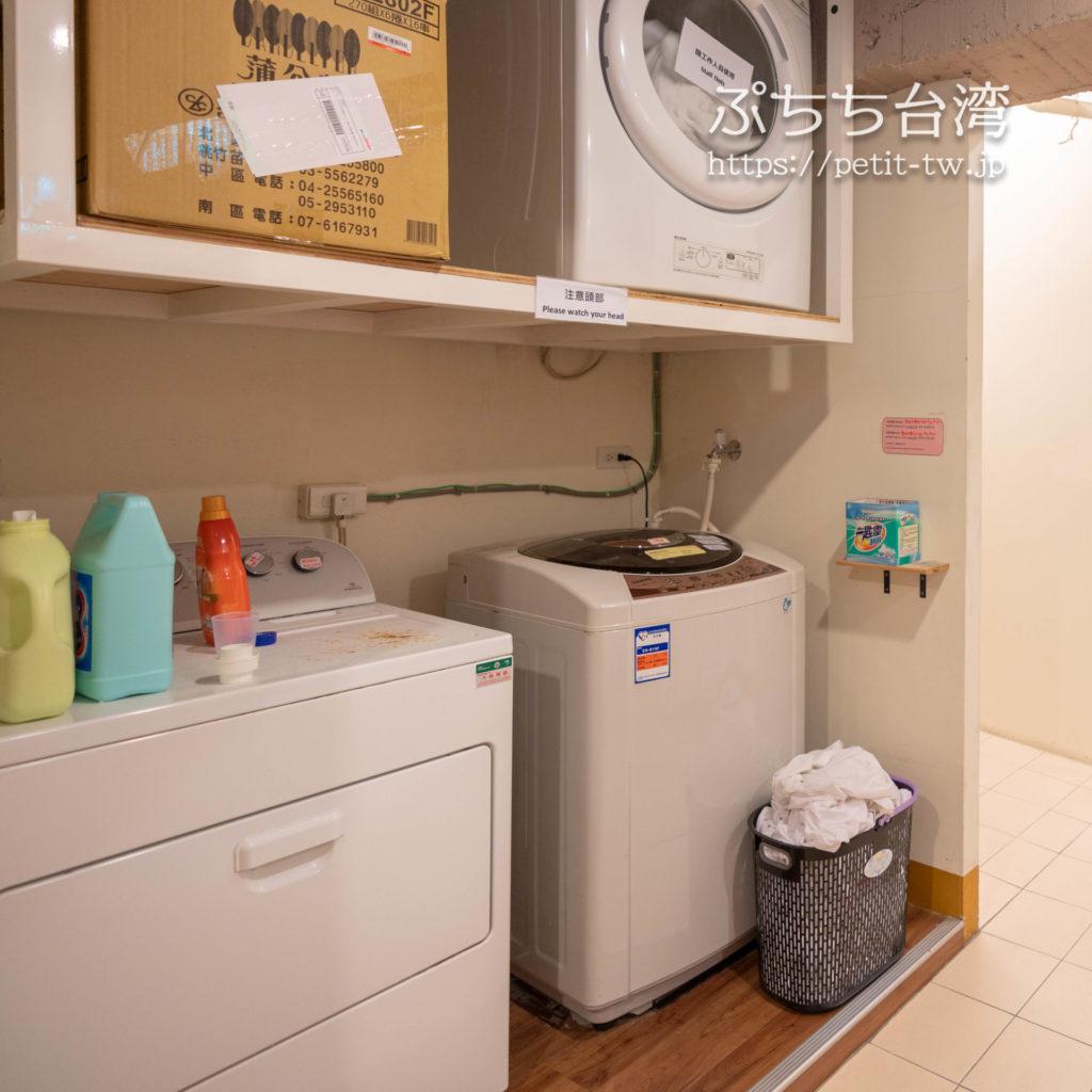 トリップGGホステル高雄(旅聚居青年旅舎)のランドリーの洗濯機と乾燥機