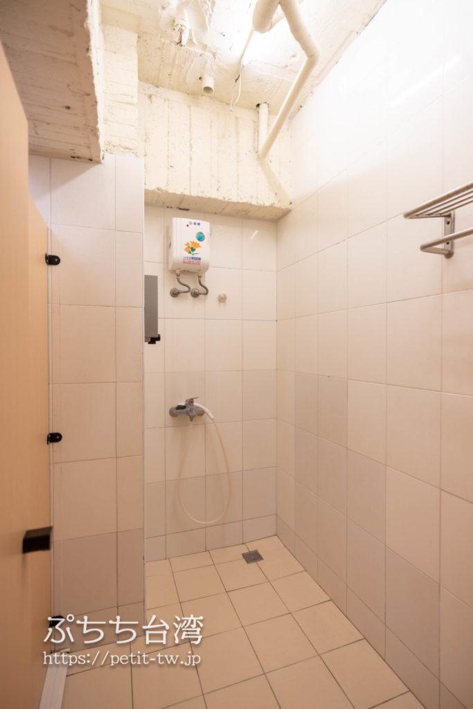 トリップGGホステル高雄(旅聚居青年旅舎)の共用バスルームのシャワー室