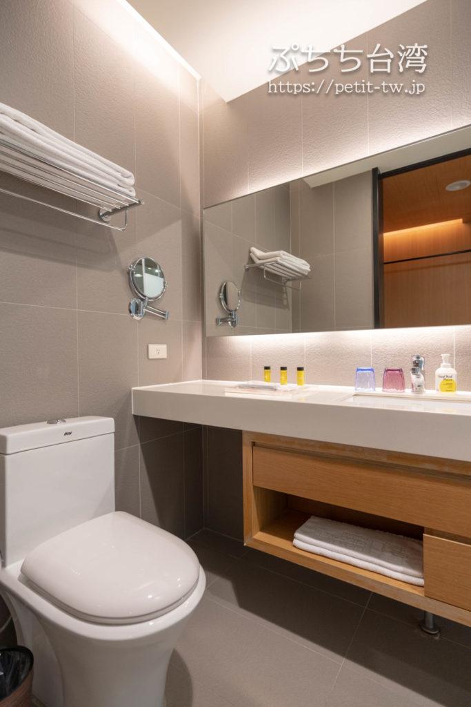 ホテルディスカバー嘉義のバスルームのトイレ