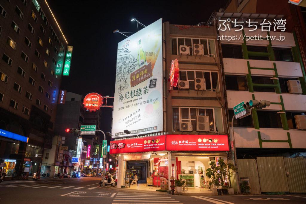 台南のドリンクチェーン、紅太陽の民族門市の外観