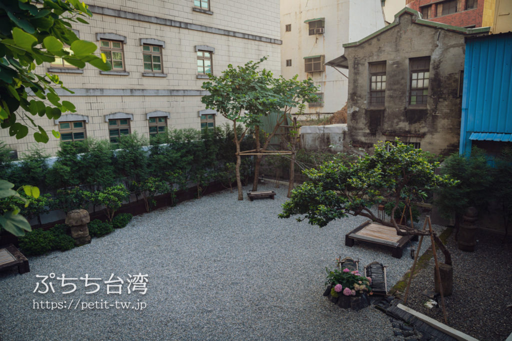 台南の旧料亭の鶯料理の中庭