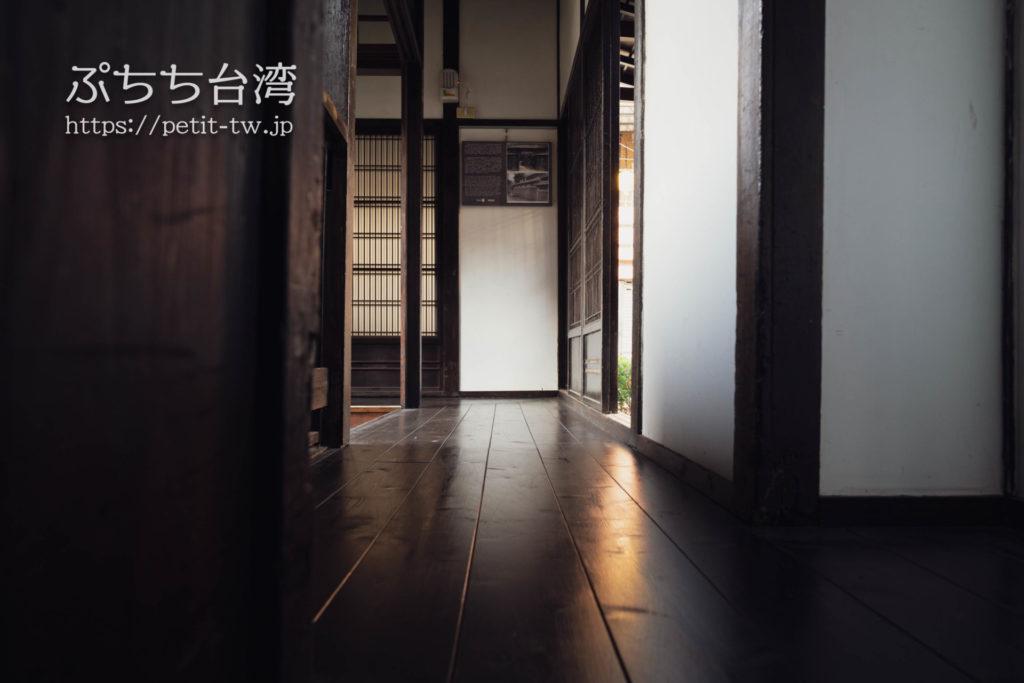 台南の旧料亭の鶯料理の館内の廊下