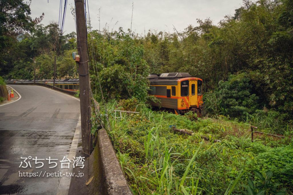 平渓線の平渓駅から菁桐駅に向かう途中の道路と電車