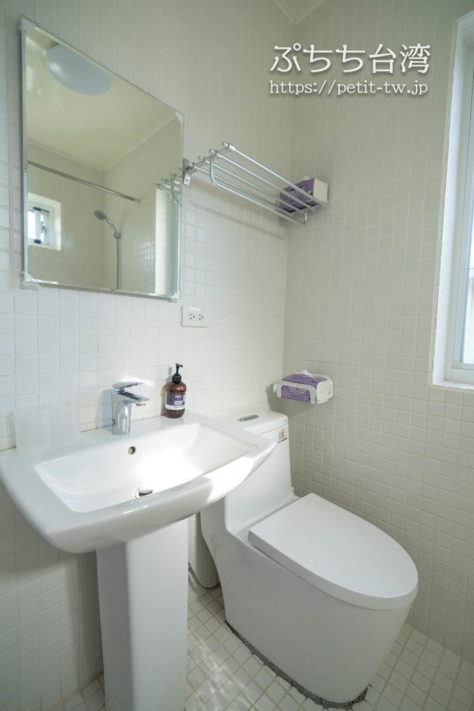 台南のAirbnb 小巷旺宅のバスルームのトイレ