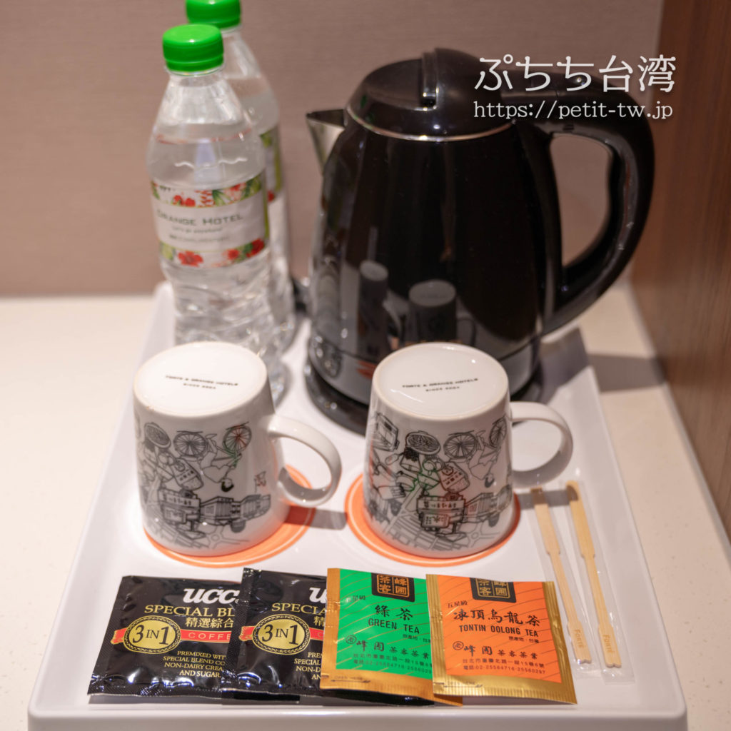オレンジホテル ウェンフア 嘉義(フォルテオレンジビジネスホテル、福泰桔子商旅 文化店、Orange Hotel Wenhua Chiayi)の部屋のコーヒーポット、ミネラルウォーター