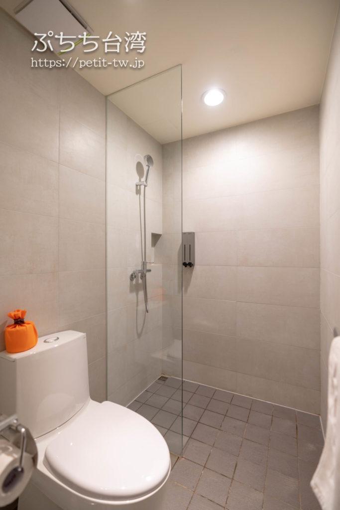 オレンジホテル ウェンフア 嘉義(フォルテオレンジビジネスホテル、福泰桔子商旅 文化店、Orange Hotel Wenhua Chiayi)の部屋のバスルーム