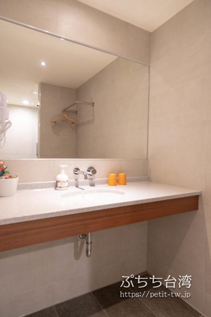 オレンジホテル ウェンフア 嘉義(フォルテオレンジビジネスホテル、福泰桔子商旅 文化店、Orange Hotel Wenhua Chiayi)の部屋の洗面