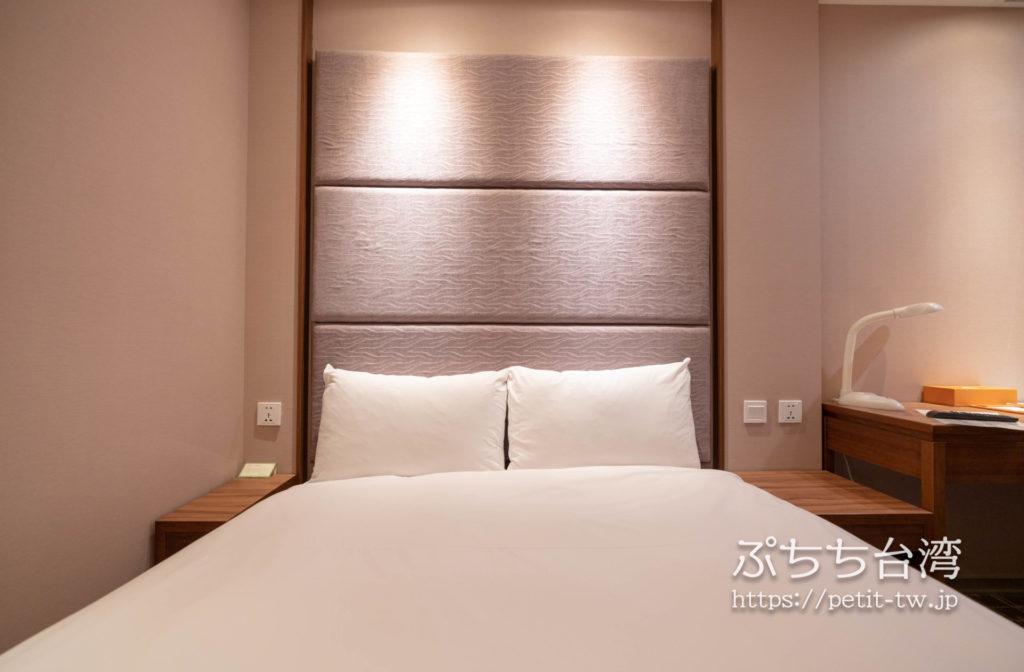 オレンジホテル ウェンフア 嘉義(フォルテオレンジビジネスホテル、福泰桔子商旅 文化店、Orange Hotel Wenhua Chiayi)の部屋のダブルベッド