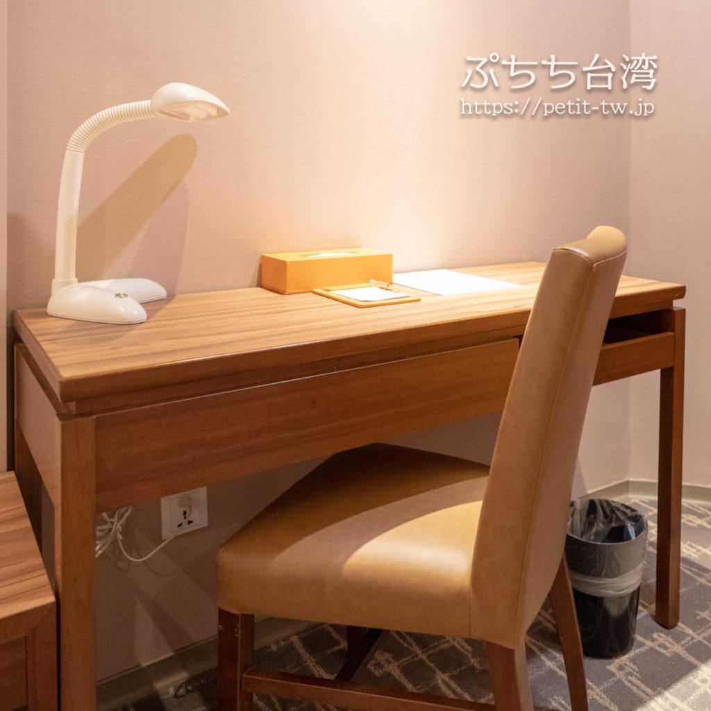 オレンジホテル ウェンフア 嘉義(フォルテオレンジビジネスホテル、福泰桔子商旅 文化店、Orange Hotel Wenhua Chiayi)の部屋のデスク