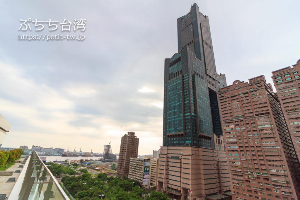 高雄市立図書館の屋上からの眺望の高雄タワー