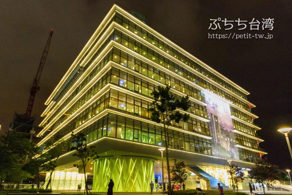 高雄市立図書館の外観の夜のライトアップ