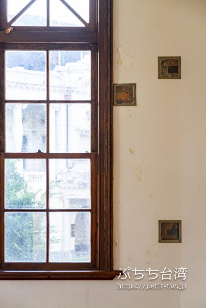 旧台中市役所の2階の展示室の窓と外壁のレンガ