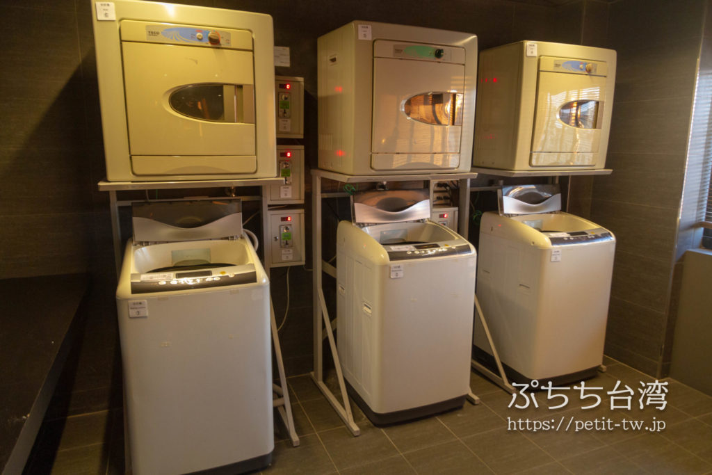 奇異果快捷旅店站前二店 KIWI EXPRESS HOTEL-Taichung Station Branch 2のコインランドリーの洗濯機と乾燥機