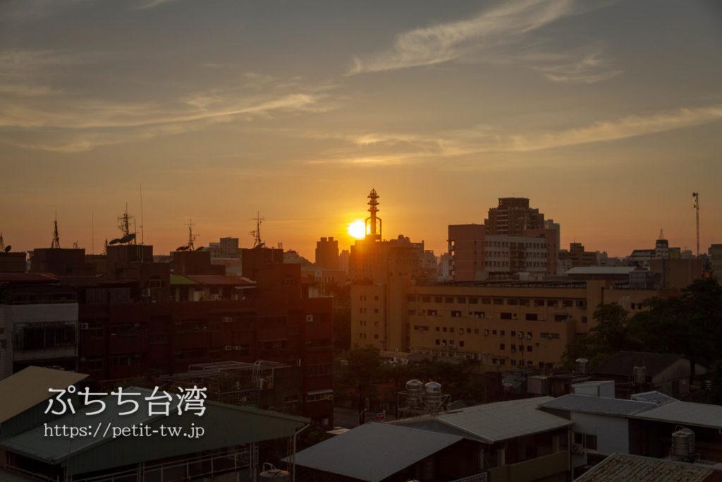 奇異果快捷旅店站前二店 KIWI EXPRESS HOTEL-Taichung Station Branch 2の共用ラウンジからの眺望の夕日