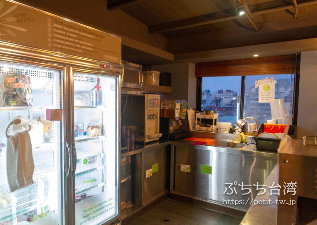 奇異果快捷旅店站前二店 KIWI EXPRESS HOTEL-Taichung Station Branch 2の共用ラウンジの共用キッチン