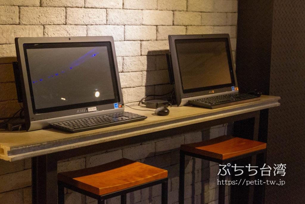 奇異果快捷旅店站前二店 KIWI EXPRESS HOTEL-Taichung Station Branch 2の共用ラウンジにある共用パソコン