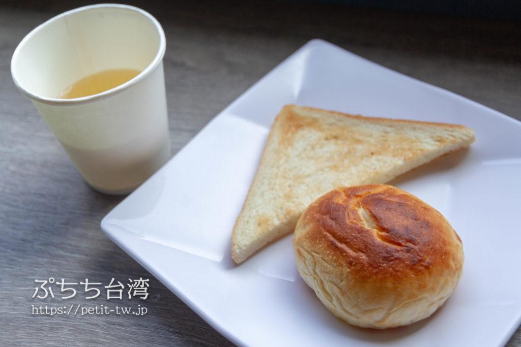奇異果快捷旅店站前二店 KIWI EXPRESS HOTEL-Taichung Station Branch 2の朝食のパンのジュース