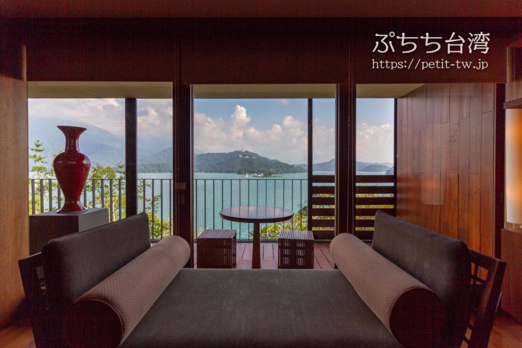 ザ ラルー サンムーンレイク 涵碧樓の客室のリビングと眺望