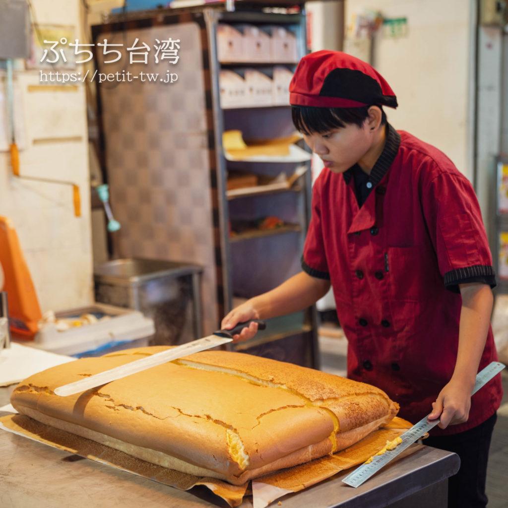 台北の士林夜市の源味本鋪 古早味 現烤蛋糕の台湾カステラ