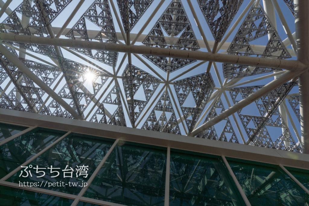 台南市美術館二館の鳳凰木のガラス窓