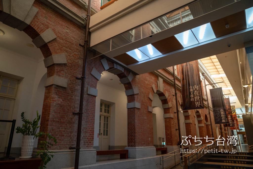 国立台湾文学館、旧台南州庁の館内の赤レンガとアーチ