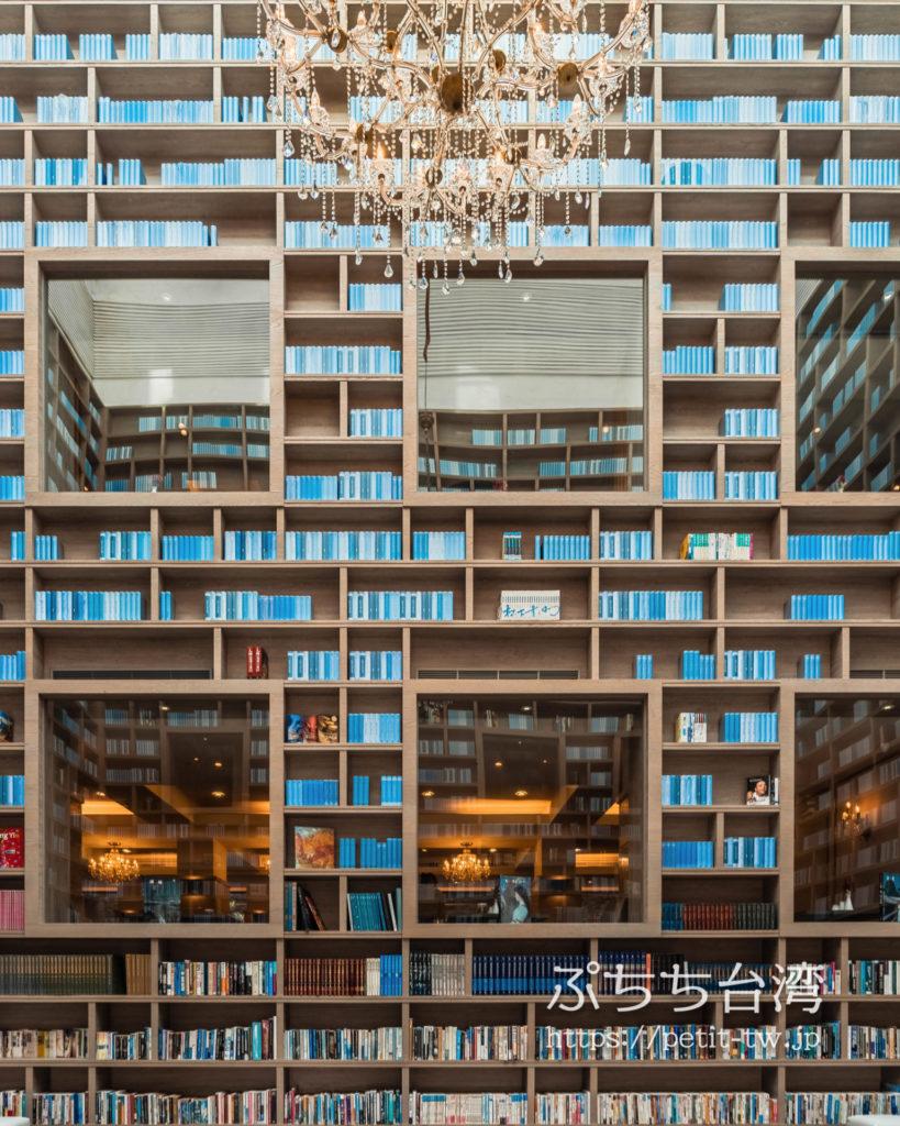 ザガイアホテル(大地酒店)の吹き抜けロビーの本棚
