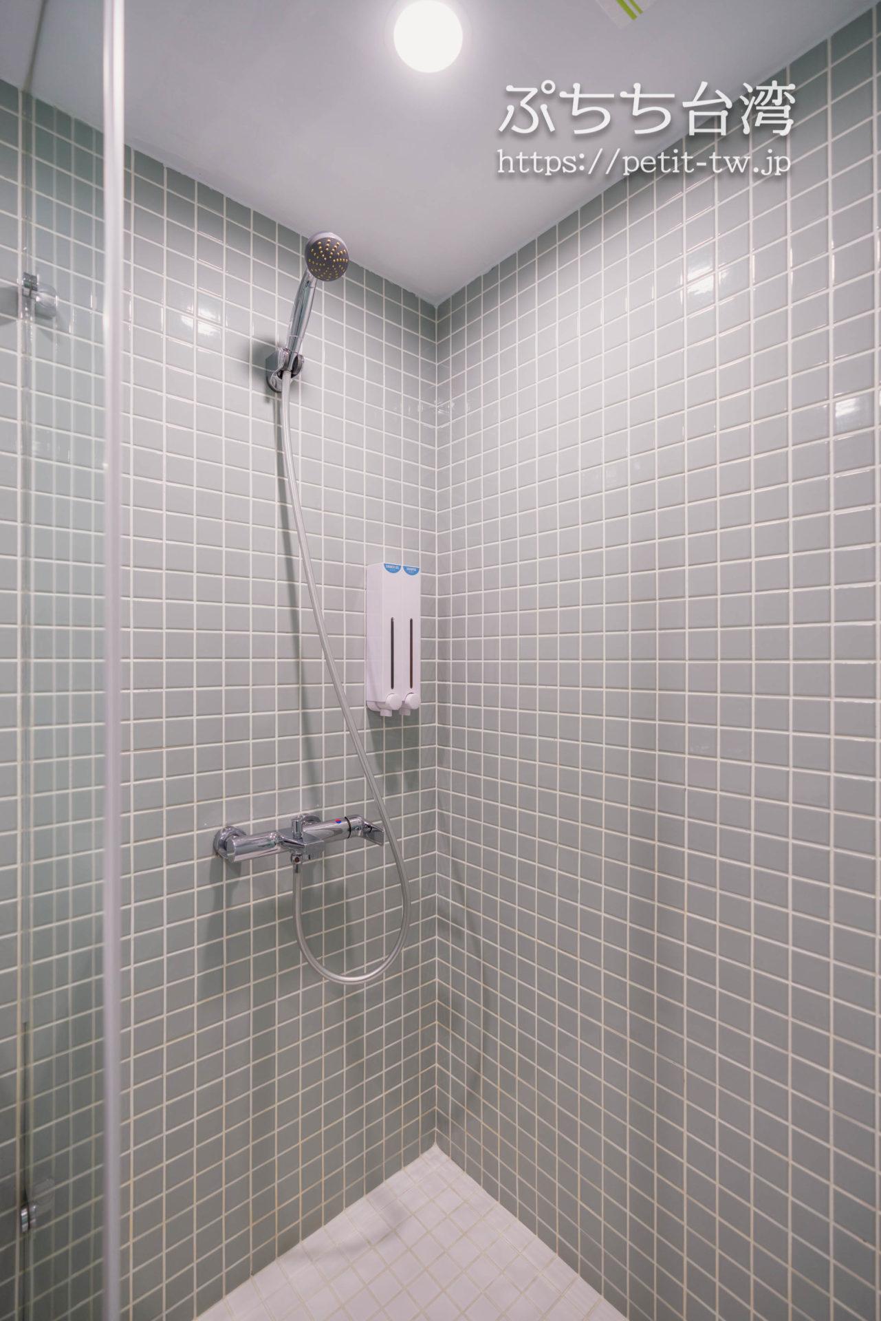 スターホステル台北イースト Star Hostel Taipei Eastのバスルームのシャワー