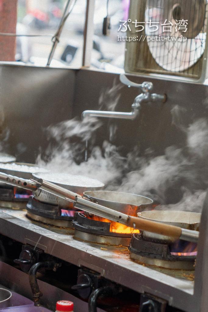 高雄の美迪亞漢堡店の店内の厨房の鍋焼き意麺