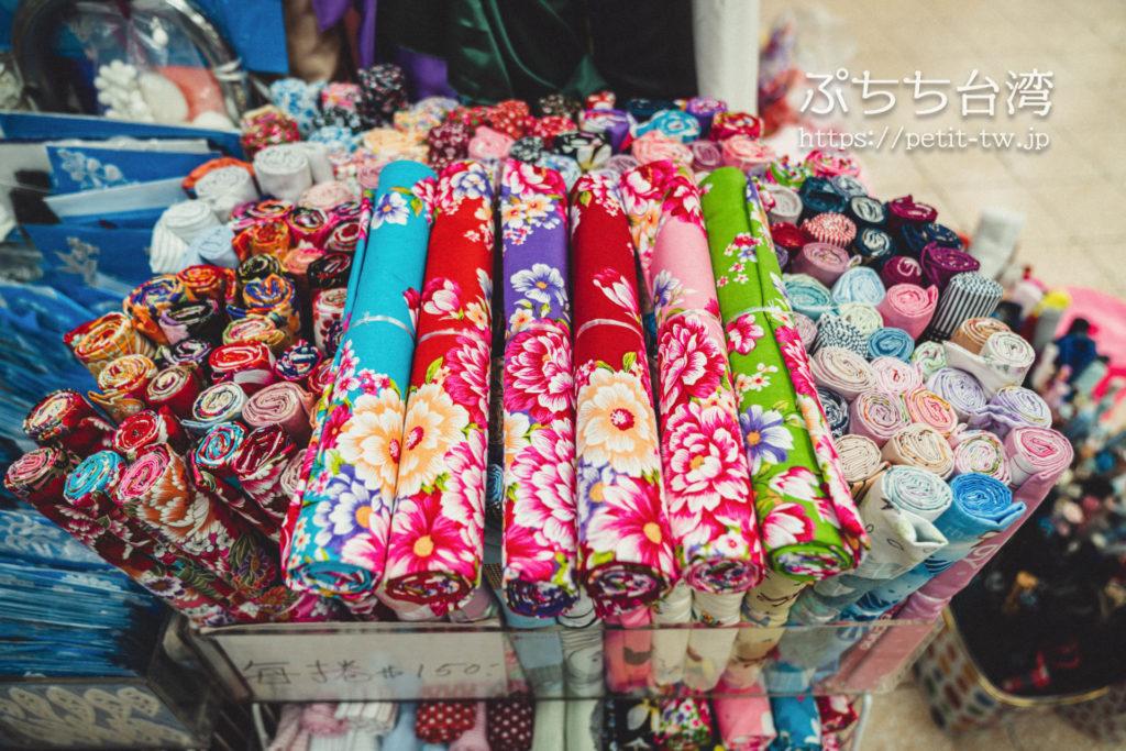 台北の永楽市場の布市場の問屋の客家花布